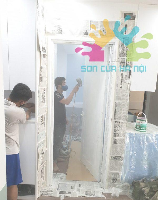 Thợ sơn cửa gỗ đổi màu trắng