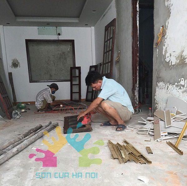 Vệ sinh cửa gỗ trước khi sơn