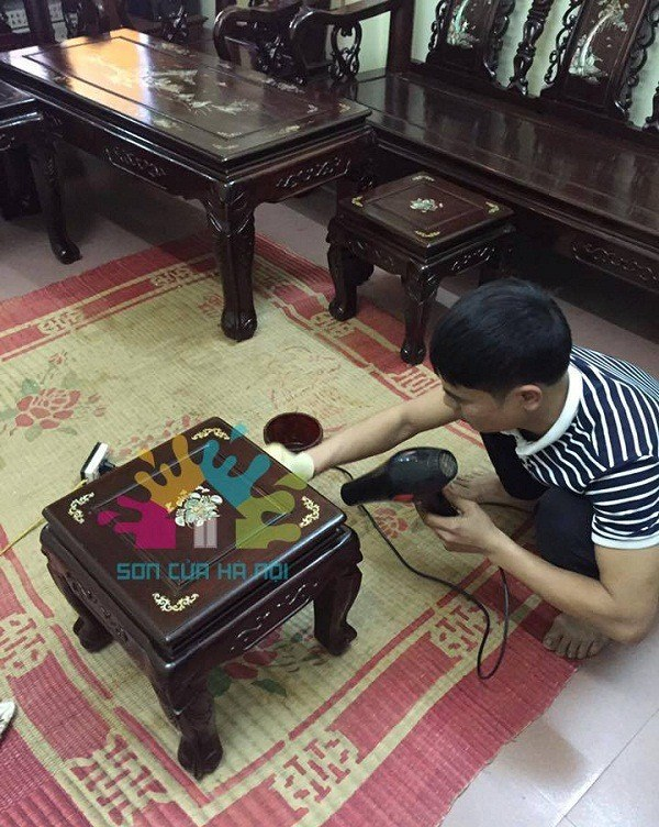 Thợ sơn đồ gỗ ở Hà Nội