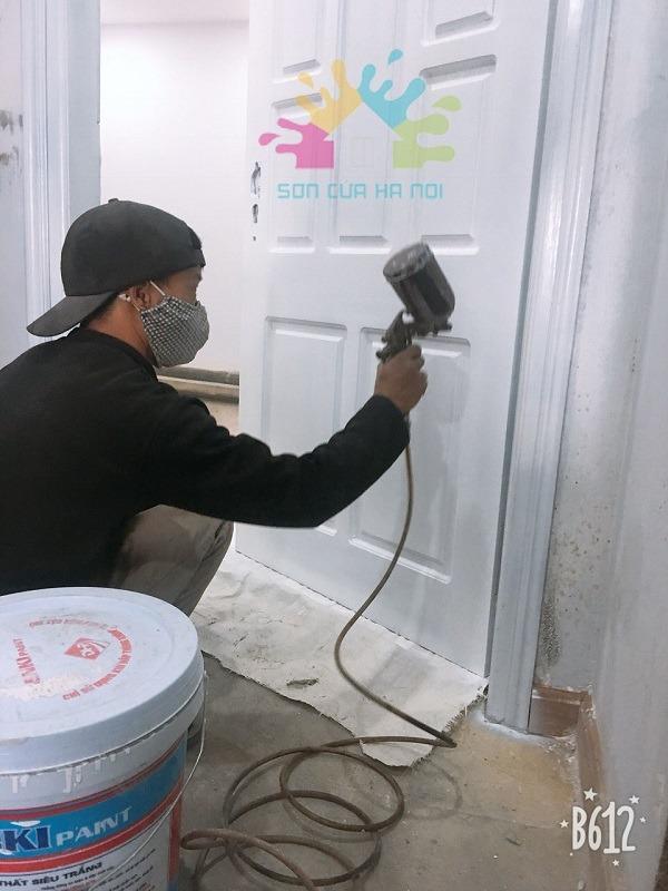Thợ sơn đồ gỗ tại nhà Hà Nội