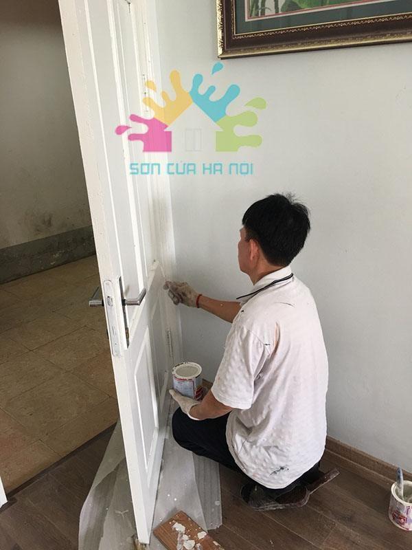 Thợ sơn cửa gỗ màu trắng tại Trần Thái Tông