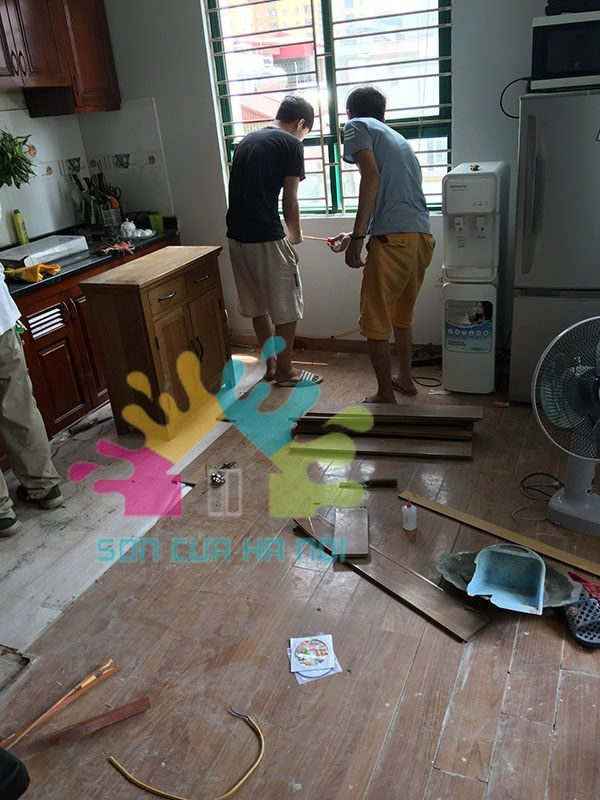 Thợ sơn đồ gỗ tại nhà
