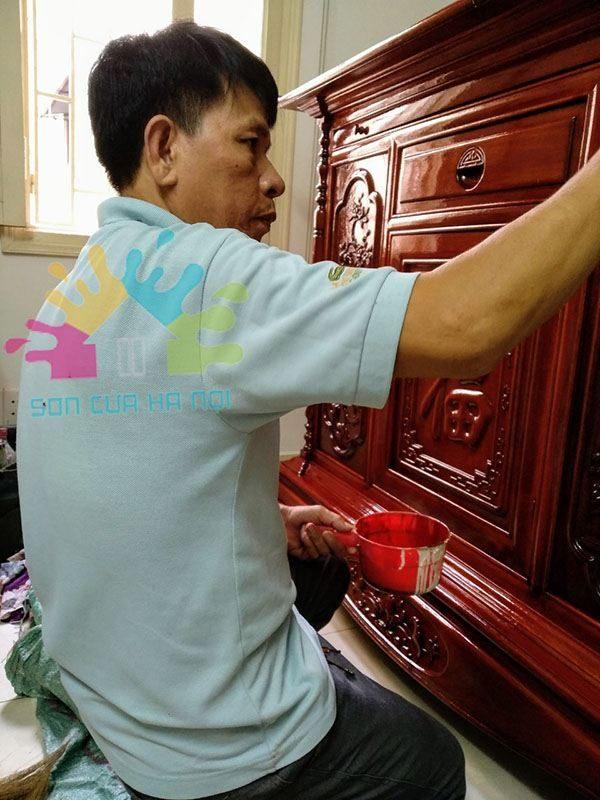 Thợ đánh vecni tủ thờ