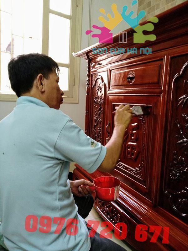 Thợ đánh vecni tủ gỗ thờ tại Hà Nội