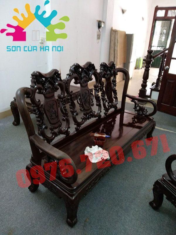 Thợ đánh vecni bàn ghế gỗ cũ tại Hà Nội