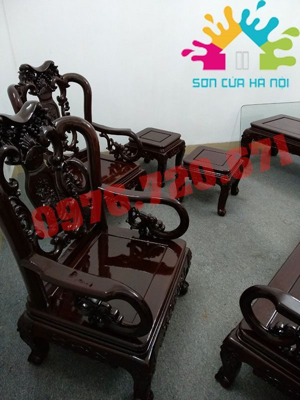 Thợ đánh vecni bàn ghế gỗ tại Hoàng Cầu, Đống Đa, Hà Nội