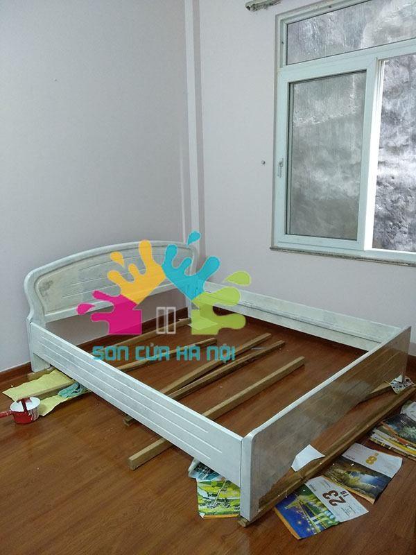 Thợ sơn giường gỗ màu trắng giá rẻ
