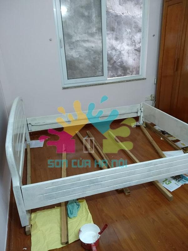 Thợ sơn giường gỗ màu trắng