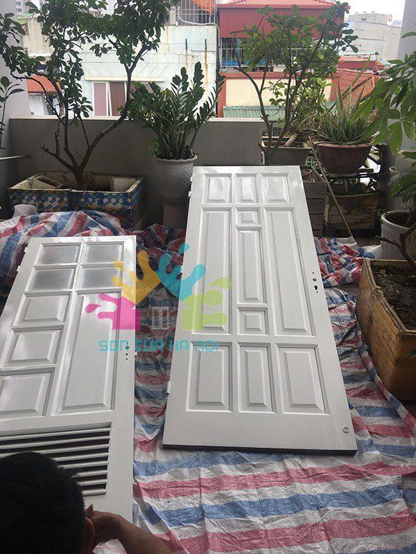 Sơn Pu cửa gỗ màu trắng tại Trần Hữu Tước, Đống Đa, Hà Nội