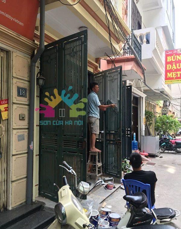 Thợ sơn cửa sắt màu xanh giá rẻ tại Hoàng Mai, Hà Nội