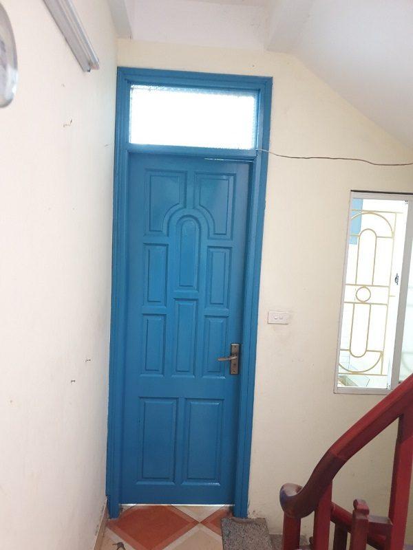 Hình ảnh trước khi sơn đổi màu cửa gỗ màu
